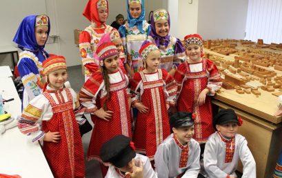 """Выступление учеников """"Матрёшки"""" на рождественской ярмарке в Цуге"""